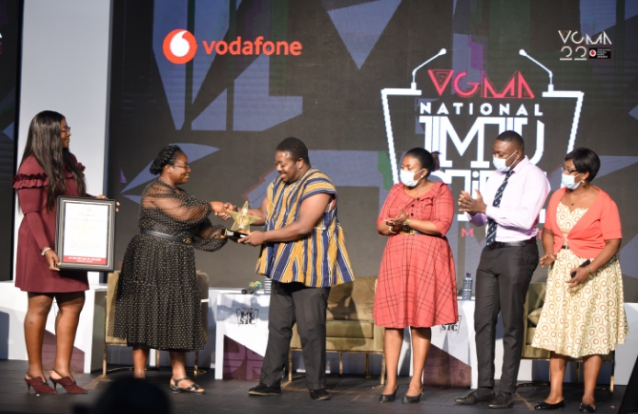 Family of the late Musicologist and Composer Ken Kafui receiving the 'Titan Award' from the Chief Executive Officer of Charterhouse Theresa Ayoade